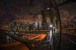 夜のブルックリンブリッジの写真素材 [FYI03434334]