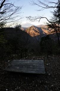 晩秋の夜明けに富士山の写真素材 [FYI03434369]