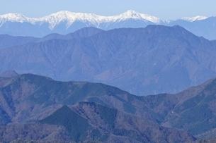 丹沢より望む南アルプスと三ツ峠山の写真素材 [FYI03434433]
