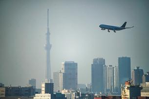 飛行機と東京スカイツリーの写真素材 [FYI03434585]