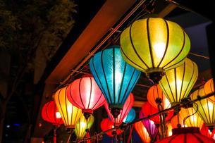 カラフルな夏祭りの提灯の写真素材 [FYI03434597]