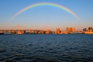 虹と朝日に輝くレインボーブリッジと高層ビル群の写真素材 [FYI03434790]