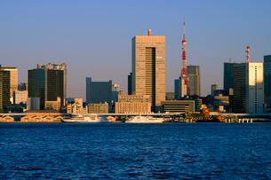 東京港と朝日に輝く高層ビル群の写真素材 [FYI03434794]