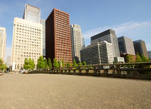 和田倉門の橋と丸の内の高層ビル群の写真素材 [FYI03434807]