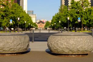 皇居外苑広場前の車止めの円形の石の写真素材 [FYI03434814]