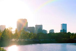 虹と桜田濠と永田町の高層ビル群の写真素材 [FYI03434822]