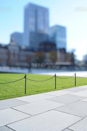 丸の内広場の石畳と高層ビル群の写真素材 [FYI03434826]