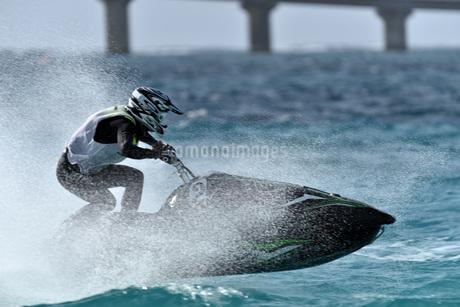 水上オートバイの写真素材 [FYI03435039]