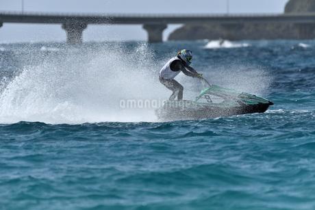 水上オートバイの写真素材 [FYI03435042]