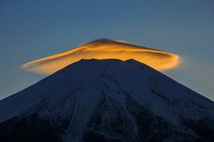 焼ける笠雲 富士山 山梨県山中湖村の写真素材 [FYI03435066]