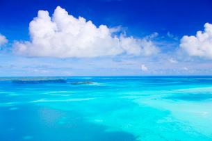 ウルクターブル島の珊瑚礁の空撮の写真素材 [FYI03435113]
