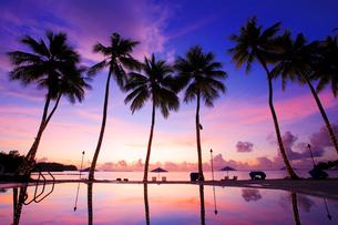 アラカベサン島のプールの水鏡と夕焼けの写真素材 [FYI03435140]