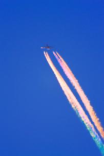 飛行機雲の彩雲の写真素材 [FYI03435255]