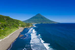 瀬平海岸から開聞岳を望むの写真素材 [FYI03435280]