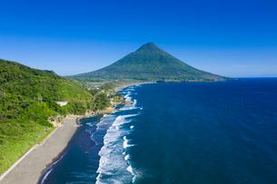 瀬平海岸から開聞岳を望むの写真素材 [FYI03435281]