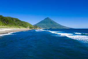 瀬平海岸から開聞岳を望むの写真素材 [FYI03435282]