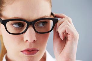 白人女性 メガネの写真素材 [FYI03435462]