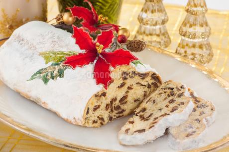 皿に盛り付けられたシュトーレンとクリスマスの飾りの写真素材 [FYI03435775]