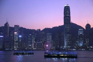 香港、ビクトリア湾の夕焼け(薄暮)を行くスターフェリー。の写真素材 [FYI03435789]