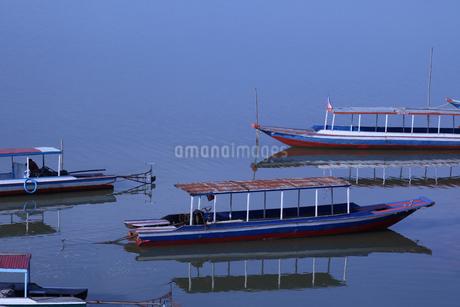カンボジアの湖に浮かぶ船の写真素材 [FYI03435928]