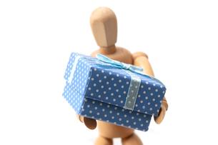 大きなプレゼント持つスケッチ用人形の写真素材 [FYI03435934]