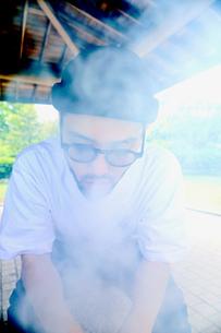煙を吐く男の写真素材 [FYI03435945]