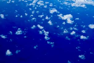 上空からの雲と海の写真素材 [FYI03435971]