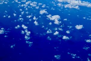 上空からの雲と海の写真素材 [FYI03435972]
