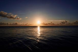 島の夕焼けの写真素材 [FYI03435985]
