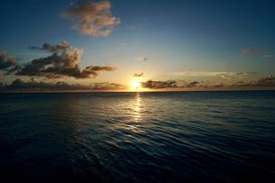 島の夕焼けの写真素材 [FYI03435987]