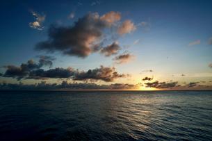 島の夕焼けの写真素材 [FYI03435988]