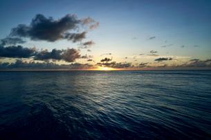 島の夕焼けの写真素材 [FYI03435989]