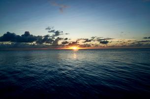 島の夕焼けの写真素材 [FYI03435990]