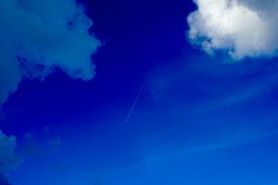 飛行機雲の写真素材 [FYI03435995]