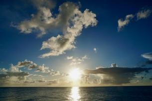 島の夕焼けの写真素材 [FYI03435997]
