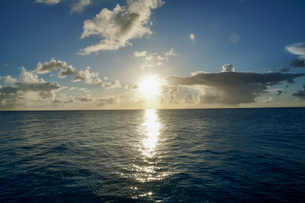 島の夕焼けの写真素材 [FYI03435998]