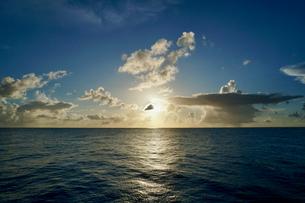 島の夕焼けの写真素材 [FYI03435999]