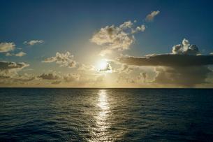 島の夕焼けの写真素材 [FYI03436000]