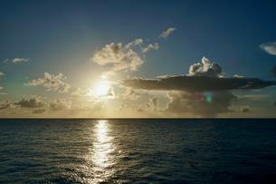 島の夕焼けの写真素材 [FYI03436001]