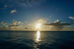 島の夕焼けの写真素材 [FYI03436002]