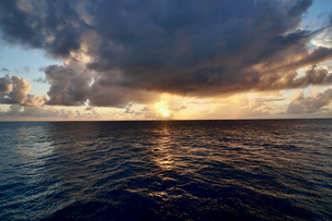 島の夕焼けの写真素材 [FYI03436004]
