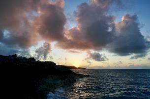 島の夕焼けの写真素材 [FYI03436017]