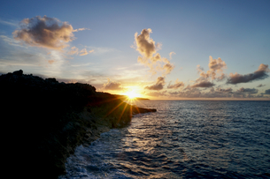 島の夕焼けの写真素材 [FYI03436018]