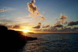 島の夕焼けの写真素材 [FYI03436020]