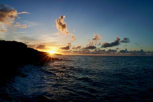 島の夕焼けの写真素材 [FYI03436022]