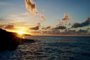 島の夕焼けの写真素材 [FYI03436023]