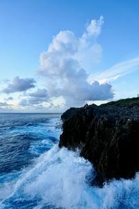 崖に打ち寄せる波の写真素材 [FYI03436028]