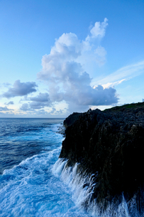 崖に打ち寄せる波の写真素材 [FYI03436029]