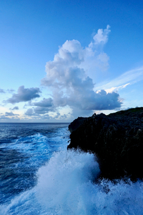 崖に打ち寄せる波の写真素材 [FYI03436030]