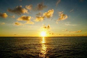 島の夕焼けの写真素材 [FYI03436032]